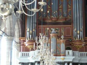 Orgel met kandelaars