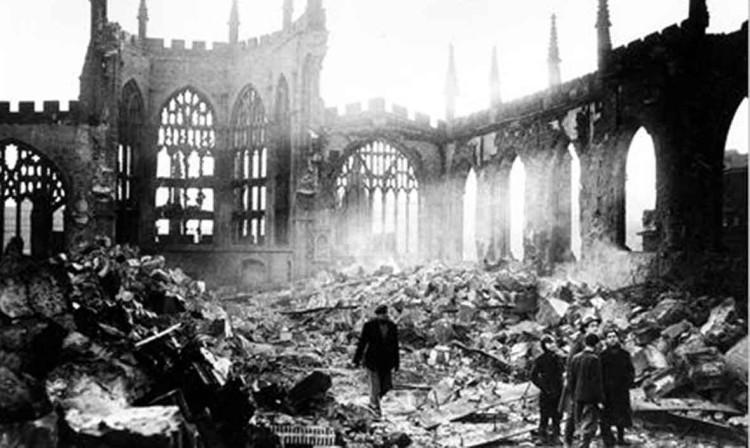 De kathedraal van Coventry vlak na het bombardement