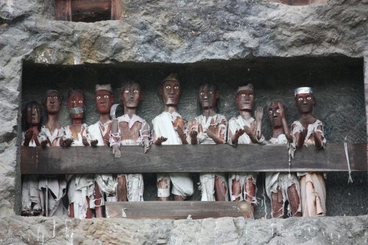 Grafbeelden in Toraja, Indonesië, waar christendom en voorouderverering elkaar ontmoeten (foto:flickr/azwegers)